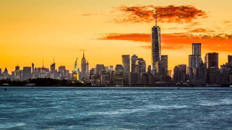 Salida del sol sobre la isla de Manhattan foto de archivo
