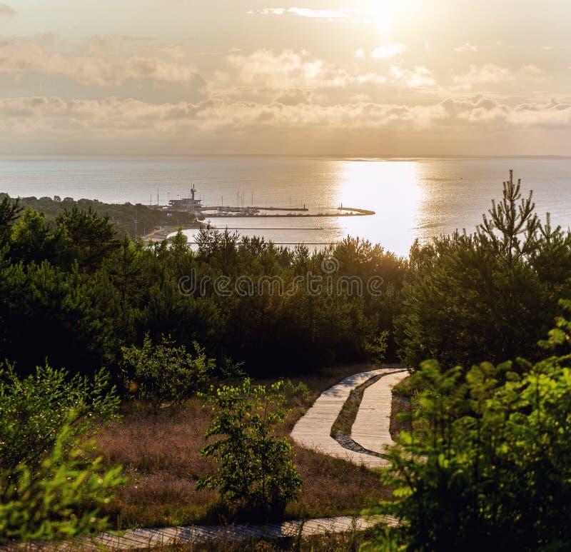 Salida del sol sobre la laguna de Curonian fotos de archivo