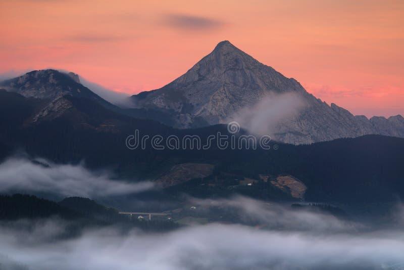 Salida del sol sobre la montaña de Anboto imagen de archivo libre de regalías