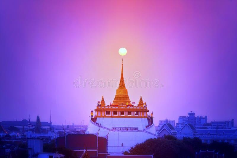 Salida del sol sobre la montaña de oro Puesta del sol de la visión superior en eveing la montaña de oro de Bangkok Wat Saket Ratc foto de archivo