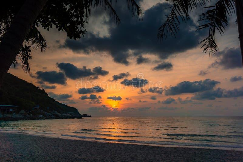 Salida del sol sobre la playa del partido de la Luna Llena en Tailandia fotografía de archivo