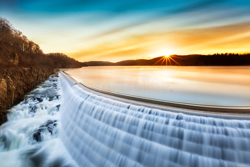 Salida del sol sobre la presa del Croton, NY foto de archivo libre de regalías
