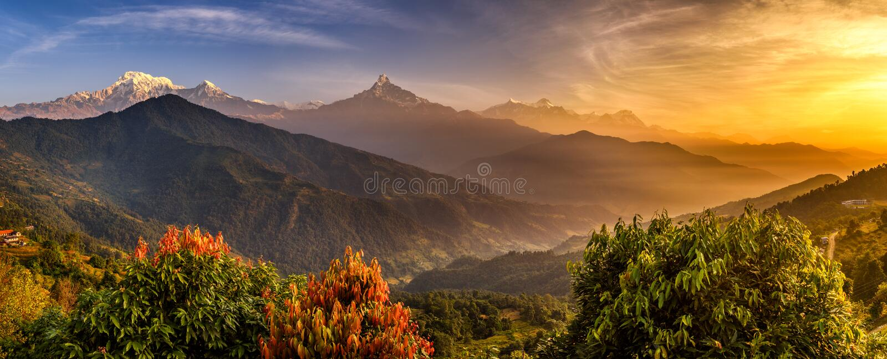 Salida del sol sobre las montañas de Himalaya imagenes de archivo