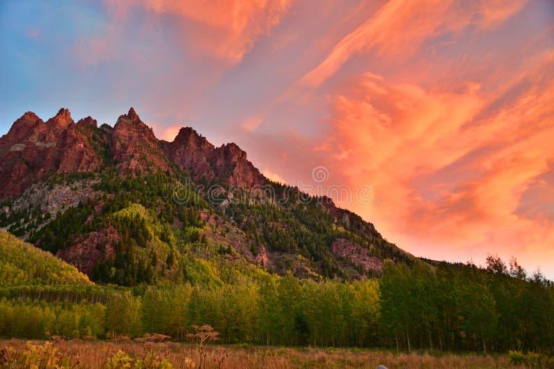 Salida del sol sobre las montañas rojas fotos de archivo libres de regalías