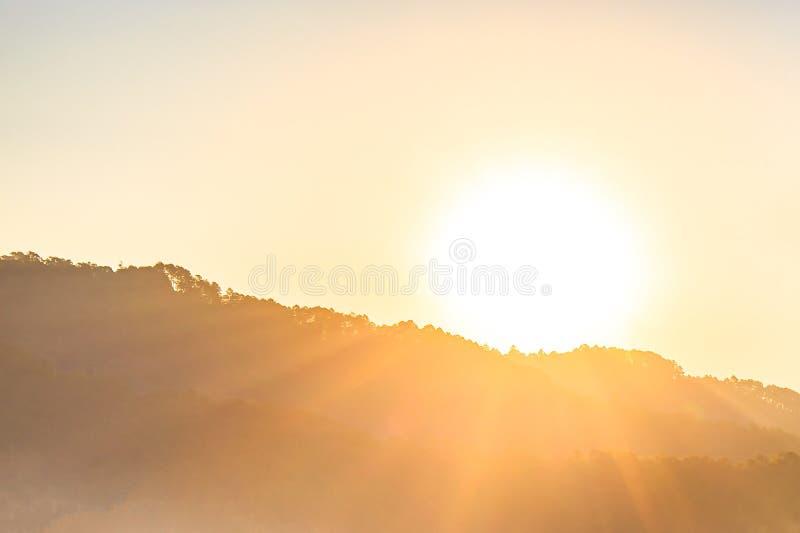 Salida del sol sobre las montañas y bosque imagen de archivo libre de regalías