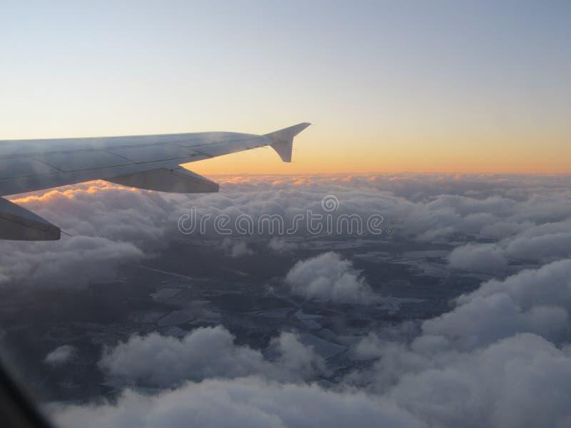 Salida del sol sobre las nubes Hermosa vista de la ventana del aeroplano en el amanecer en las nubes foto de archivo