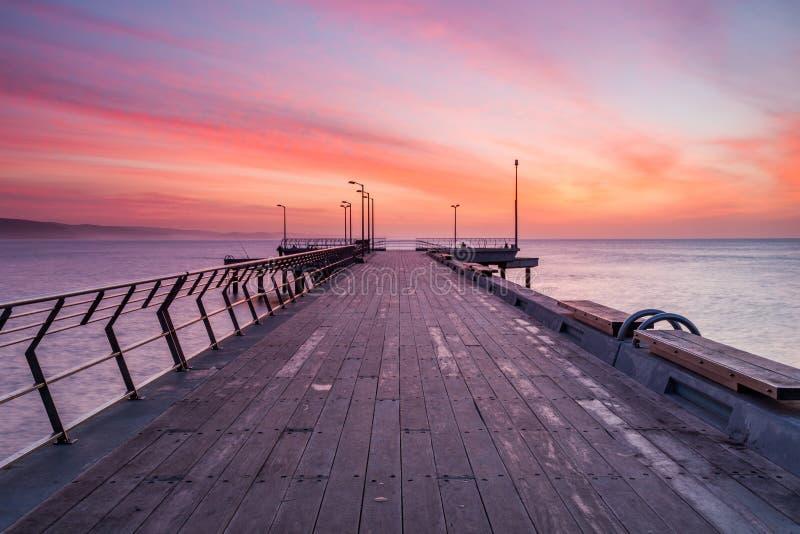 Salida del sol sobre Lorne Jetty en el gran camino del océano en Victoria foto de archivo