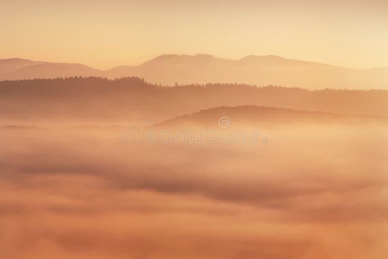 Salida del sol sobre Misty Landscape Vista escénica del cielo de niebla de la mañana con el sol naciente sobre Misty Forest Middl imágenes de archivo libres de regalías