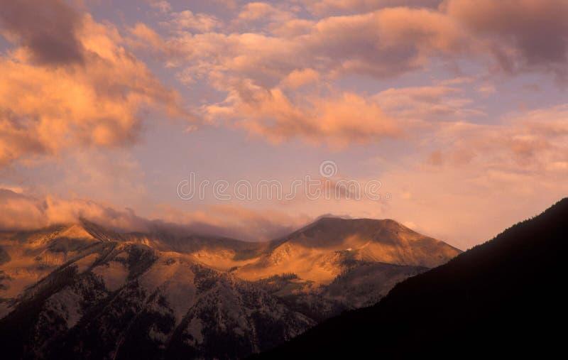 Salida del sol sobre mota con cresta fotografía de archivo