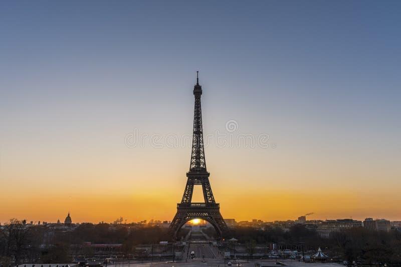 Salida del sol sobre París imagen de archivo