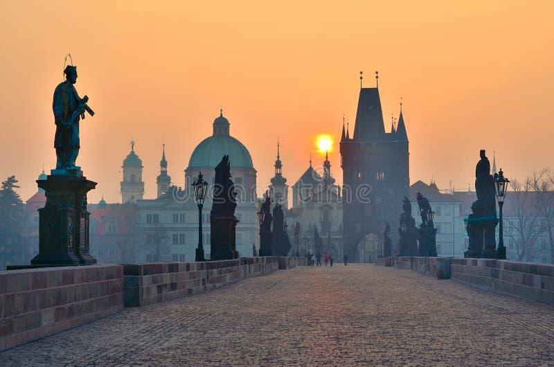 Salida del sol sobre Praga, mirada del puente de Charles imagen de archivo libre de regalías