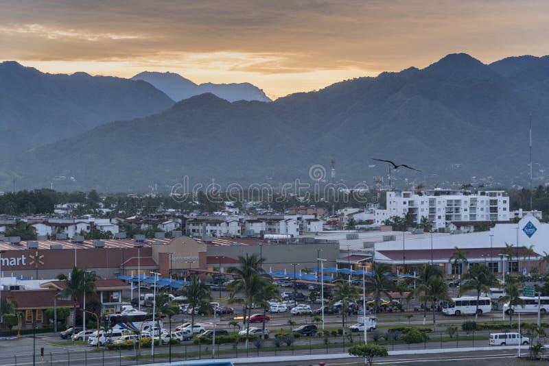 Salida del sol sobre Puerto Vallarta fotos de archivo libres de regalías