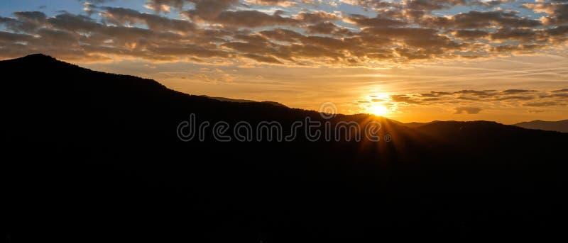 Salida del sol sobre silueta de la montaña en las montañas apalaches de Carolina del Norte occidental foto de archivo