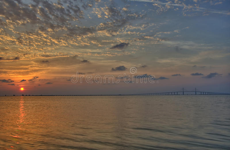 Salida del sol sobre Tampa Bay imagenes de archivo