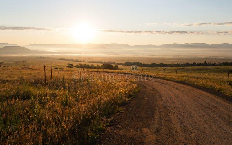Salida del sol sobre un camino cerca de Westcliffe, Colorado imagen de archivo libre de regalías