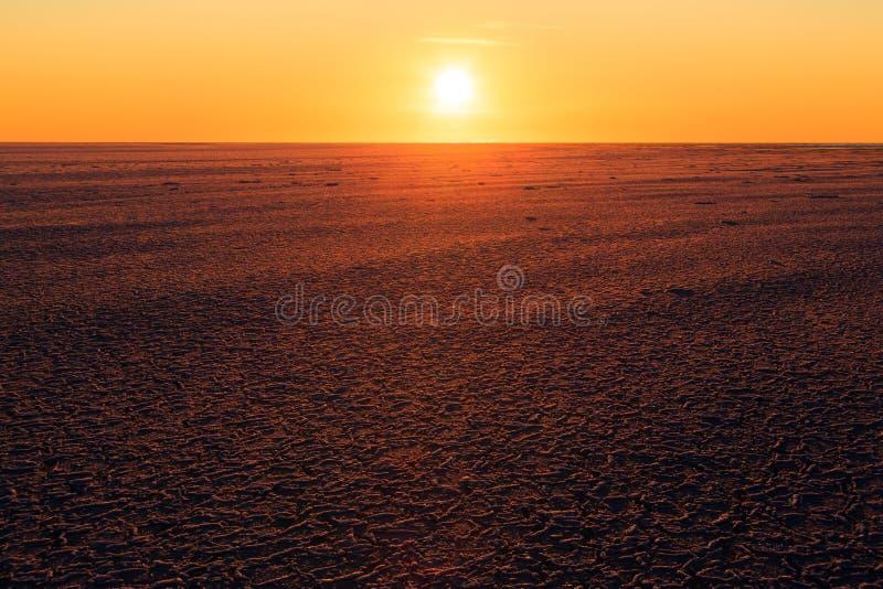 Salida del sol sobre un campo de hielo marino fotos de archivo