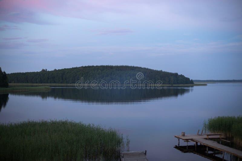 Salida del sol sobre un lago con la isla fotografía de archivo libre de regalías
