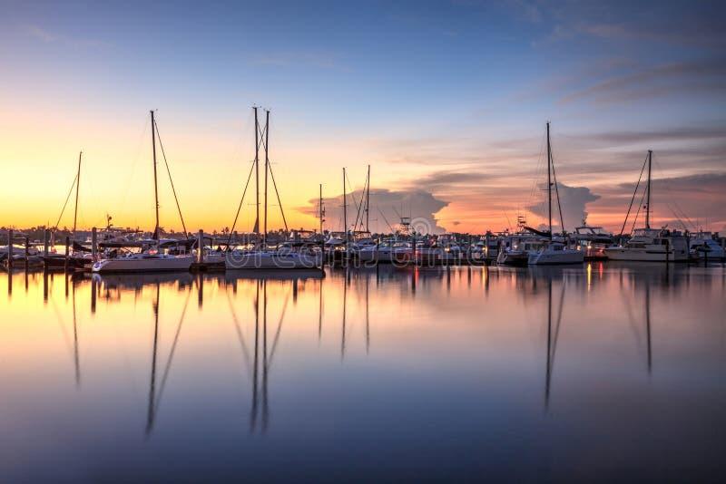 Salida del sol sobre un puerto reservado en Nápoles vieja, la Florida imagen de archivo libre de regalías
