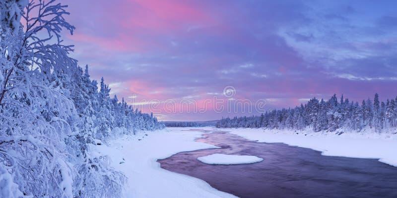 Salida del sol sobre un río en un paisaje del invierno, Laponia finlandesa fotos de archivo