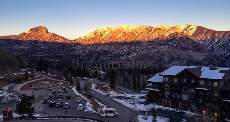 Salida del sol sobre una estación de esquí en invierno en un día claro fotos de archivo