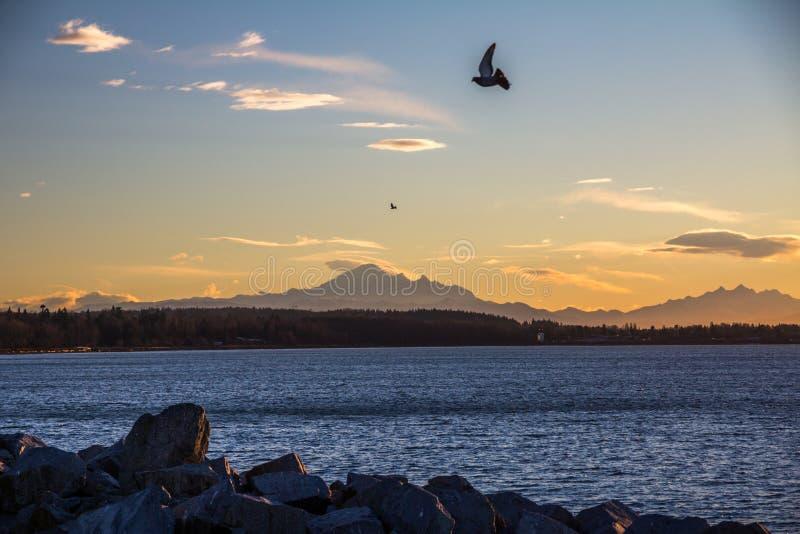 Salida del sol sobre Washington septentrional de la roca blanca, A.C., Canadá imagenes de archivo