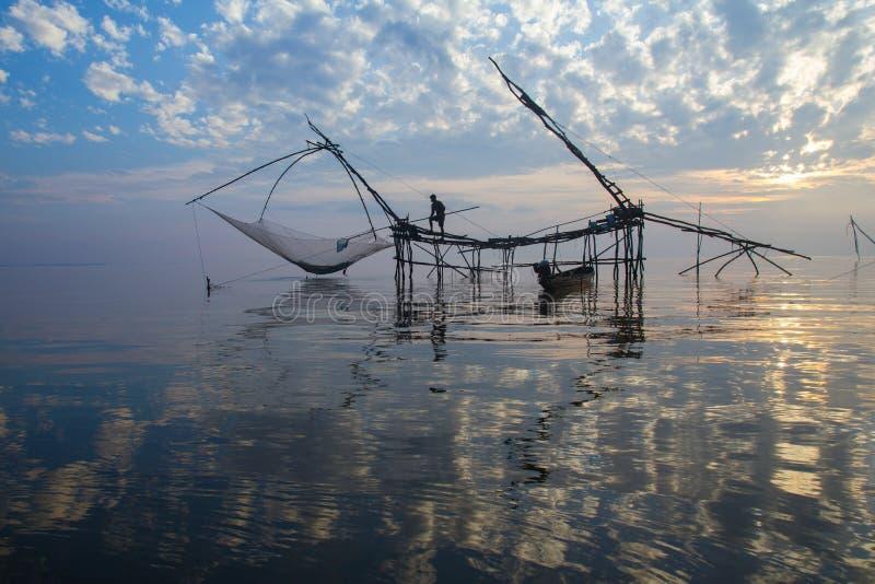Salida del sol sobre zona pesquera  imagenes de archivo