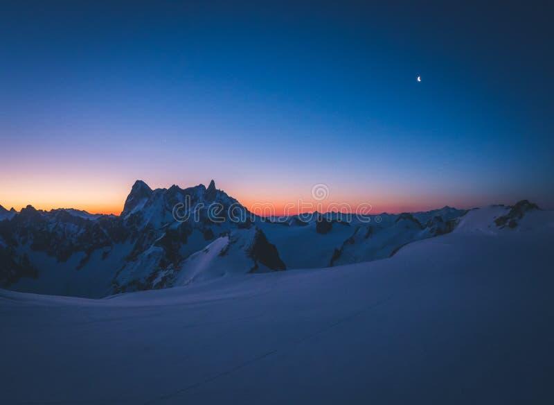 Salida del sol temprana sobre Valleé Blanche foto de archivo libre de regalías