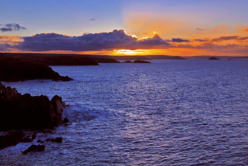 Salida del sol a través de la bahía de las novias del St de Porthclais fotos de archivo libres de regalías