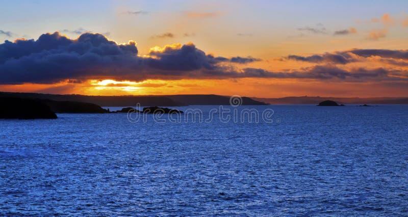 Salida del sol a través de la bahía de las novias del St de Porthclais imagen de archivo