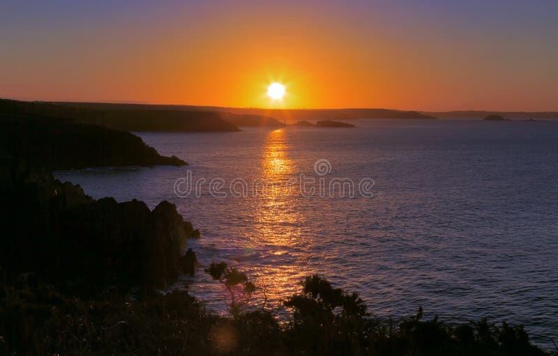 Salida del sol a través de la bahía de las novias del St de Porthclais foto de archivo libre de regalías