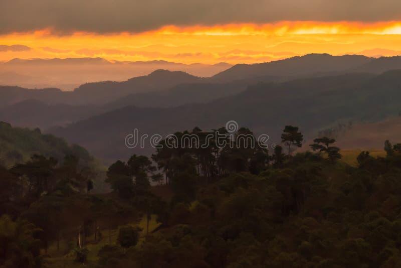Salida del sol Valle de la monta?a durante salida del sol Paisaje natural del verano Iluminaci?n antes de salida del sol en el ti imágenes de archivo libres de regalías