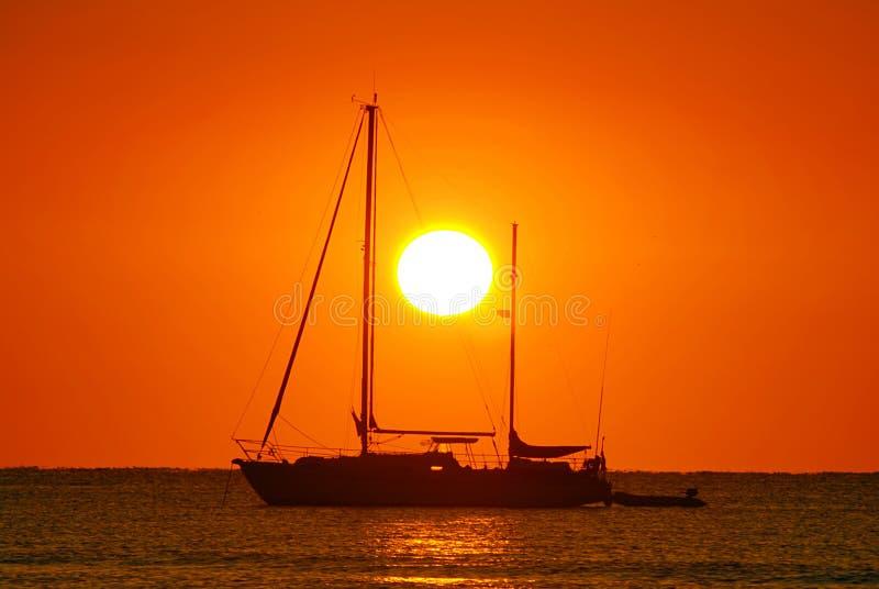 Salida del sol y barco fotografía de archivo