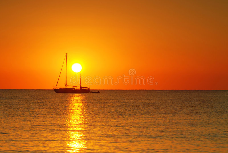 Salida del sol y barco foto de archivo libre de regalías