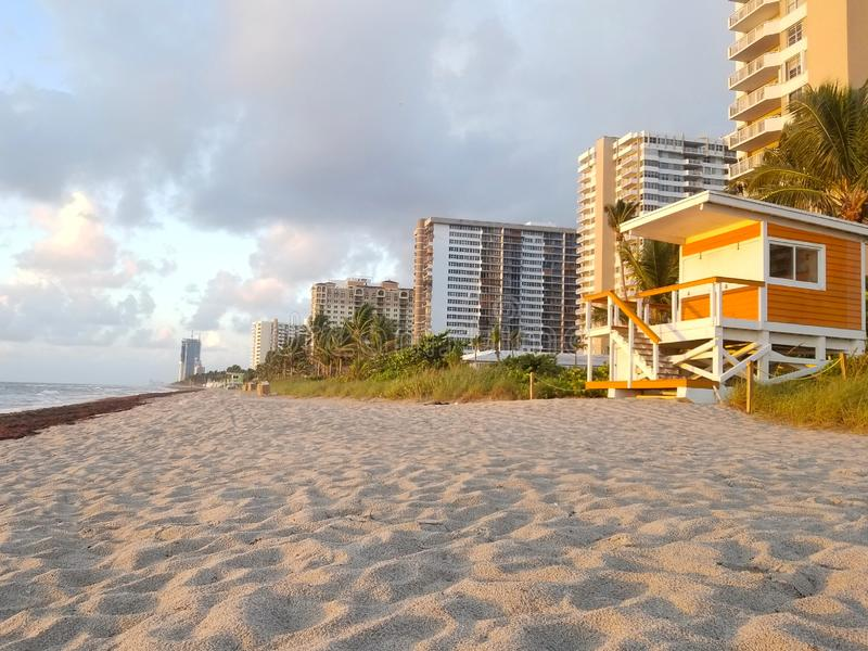 Salida del sol y cabina en la playa, Miami Beach imagen de archivo