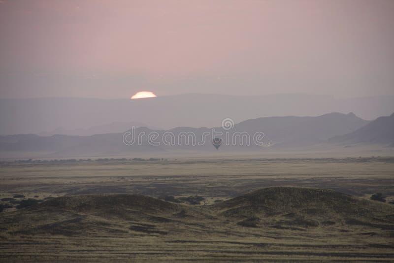 Salida del sol y globo del aire caliente imagen de archivo