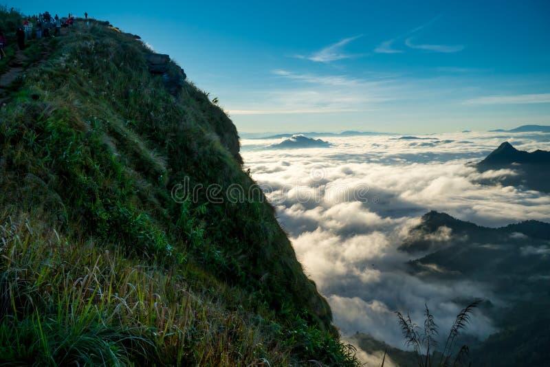 Salida del sol y mar de la opinión de la niebla sobre la montaña del fa de la ji del phu foto de archivo