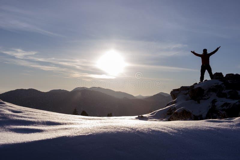 Salida del sol y montañas nevosas imagen de archivo
