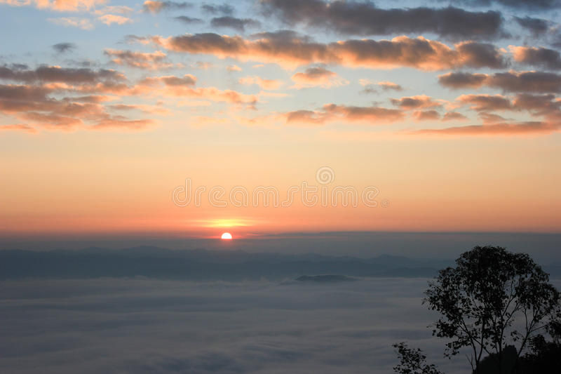 Salida del sol y niebla imagen de archivo
