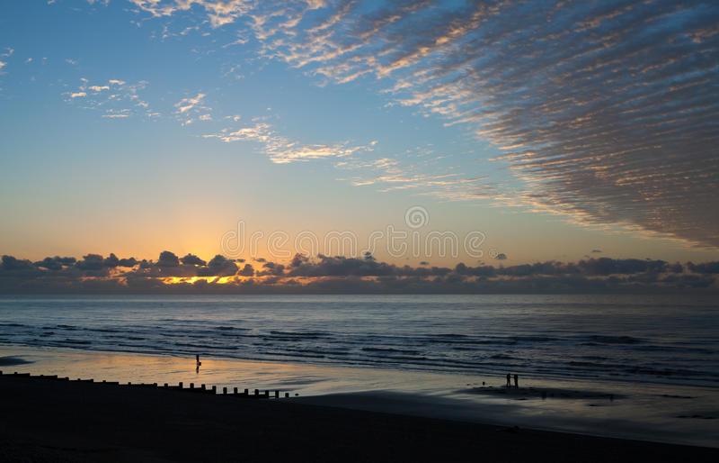 Salida del sol y nubes imagenes de archivo