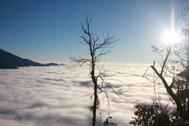 Salida del sol y nubes foto de archivo