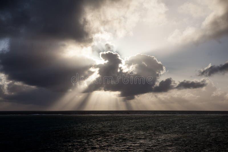 Salida del sol y nubes sobre el mar foto de archivo libre de regalías
