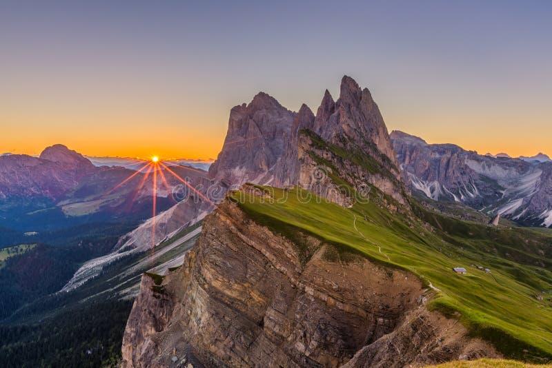 Salida del sol y paisaje hermosos en dolomías, Italia de la montaña de Odle imagenes de archivo