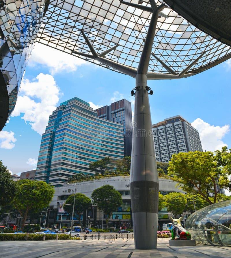 Salida del subterráneo delante del centro comercial de la huerta en el camino de la huerta en el distrito moderno de Singapur La  fotos de archivo