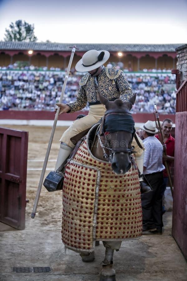 Salida del torero del picador de la plaza de toros en el acabado de su trabajo en el espectáculo en Baeza foto de archivo libre de regalías