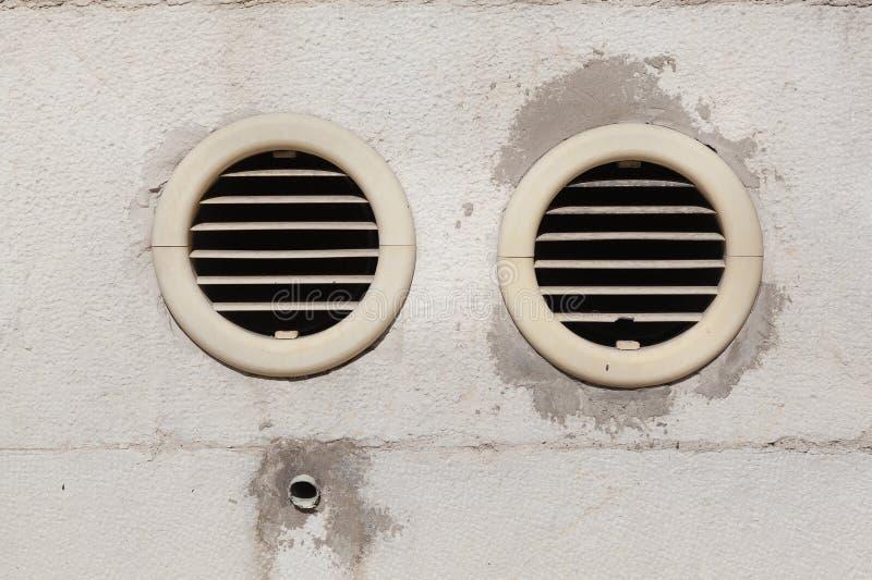 Salidas de aire fijadas en una pared exterior imagen de archivo libre de regalías