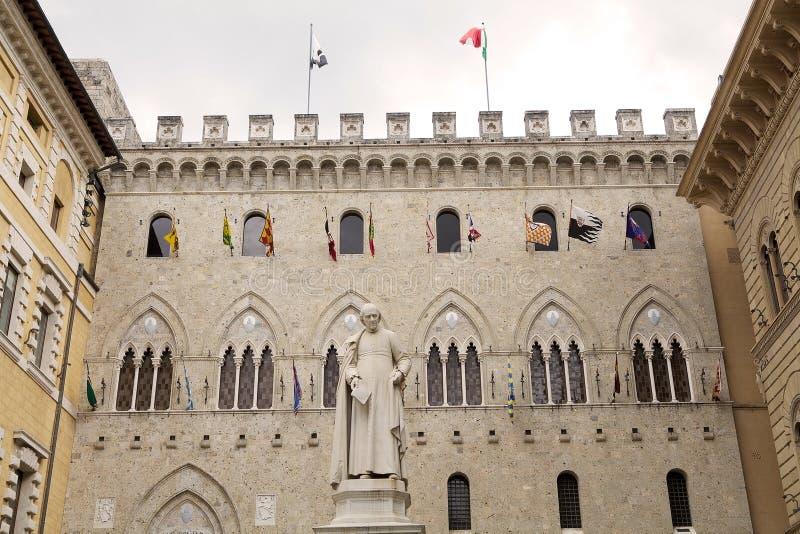 Salimbenipaleis met Contrade-vlaggen, Siena, Toscanië Italië stock foto's