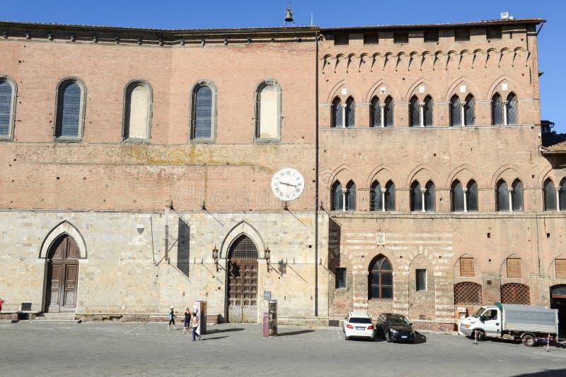 Salimbenipaleis op Duomo-vierkant in Siena in Italië stock foto's