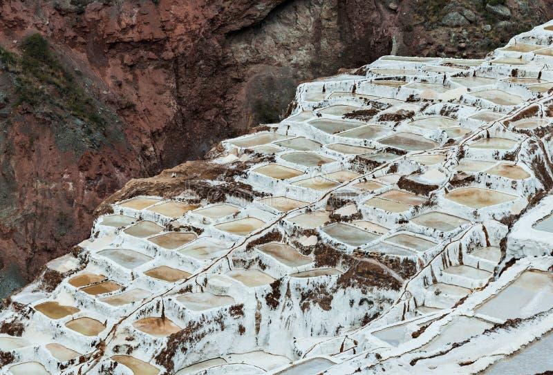 Salinas de Maras, Perú Mina natural de la sal Cacerolas de Inca Salt en Maras, cerca de Cuzco en valle sagrado, Perú imágenes de archivo libres de regalías