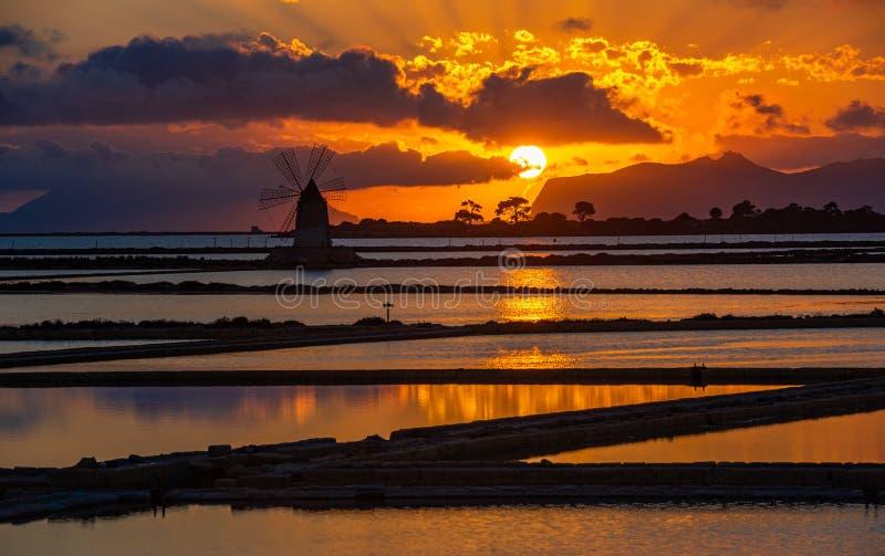 Salinas de Marsala ao pôr do sol, Sicília, Itália imagem de stock royalty free