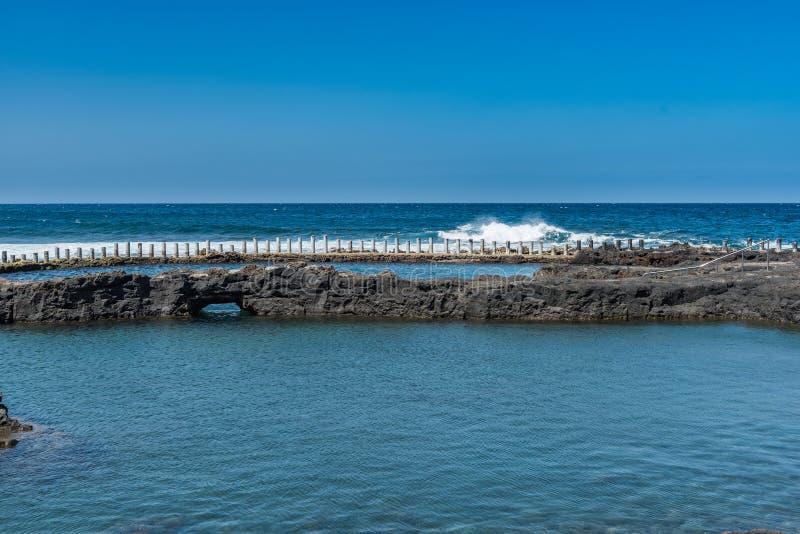 Salinas naturais de Agaete de Las da associação em Puerto de Las Nieves, Gran Canaria, Espanha Copie o espa?o para o texto imagens de stock